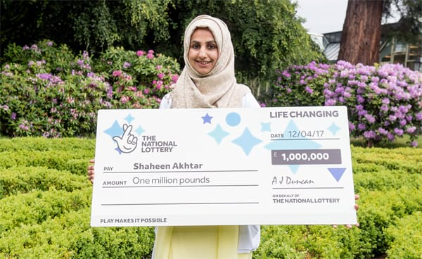 Woman collects £1.000.000 after carrying the winning ticket in her handbag for weeks